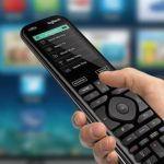 Si tienes una mesa llena de controles remotos y un montón de dispositivos, necesitas un Harmony